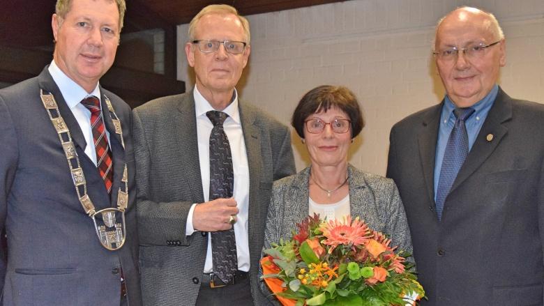 Bürgermeister Peter Wirtz (li.) zeichnet Roman Limbach (2.v.li) mit dem Ehrenring der Stadt Königswinter für langjähriges Engagement aus.